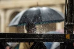 Una persona se protege de la lluvia en Vitoria