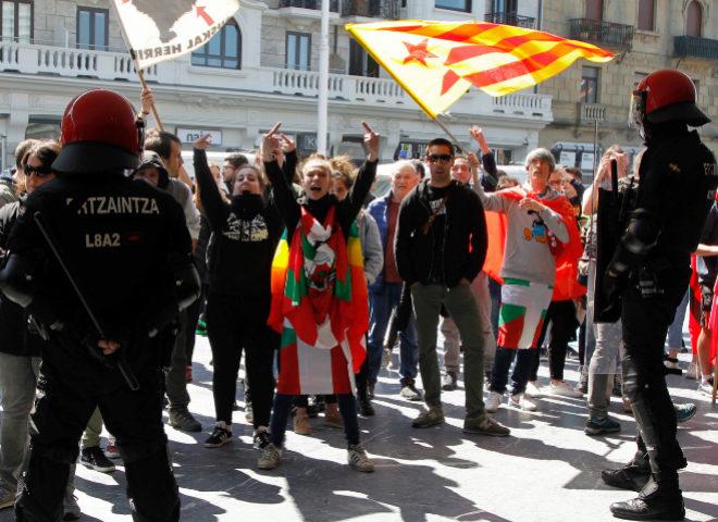 Militantes de la izquierda 'abertzale' protesta a la salida del mitin de Vox en San Sebastián.