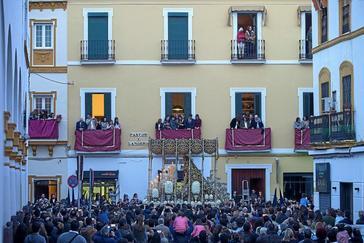 El palio de la Virgen de la Caridad, de la Hermandad del Baratillo, durante la estación de penitencia por las calles del centro histórico de Sevilla en una imagen de archivo.