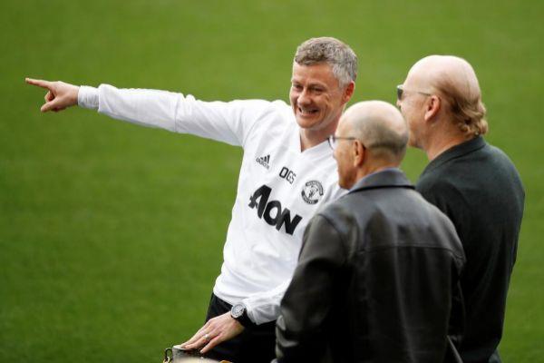 Solskjaer, en el Camp Nou junto a los propietarios del Manchester United.