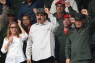 Nicolás Maduro (centro), acompañado de su mujer y su ministro de Defensa, durante un desfile militar en Caracas.