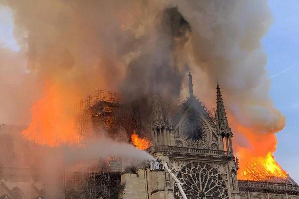 Notre Dame, devorada por las llamas, este lunes.