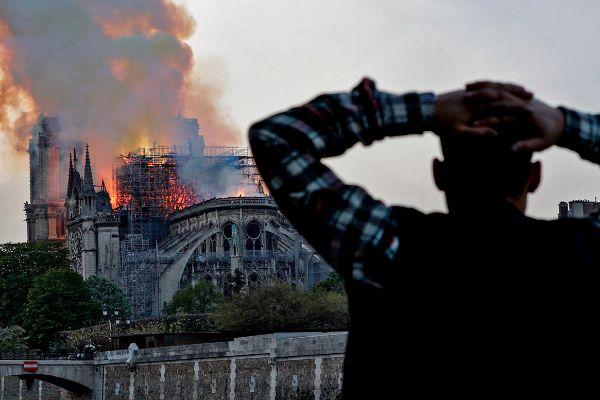 Un hombre se lleva las manos a la cabeza viendo el incendio de la catedral de Notre Dame