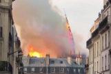 Así se vino abajo la aguja de Notre Dame