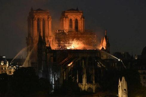 Un gran incendio destruye la cubierta y la aguja central de la catedral de Notre Dame