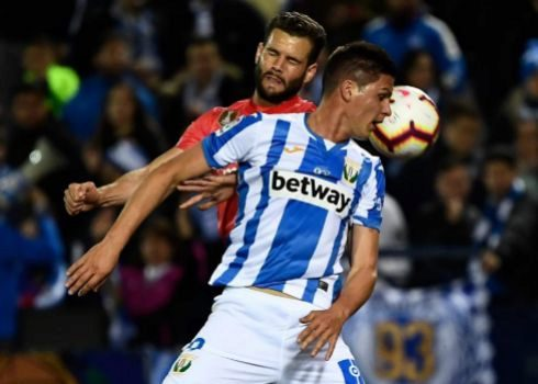 Nacho intenta despejar ante Guido Carrillo en Butarque.