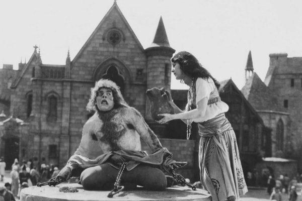 Lon Chaney como Quasimodo en la película Nuestra Señora de París, de 1923.
