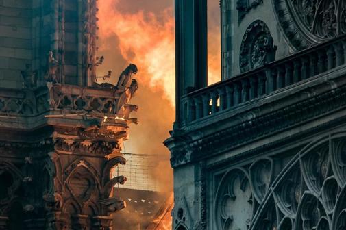 Las llamas amenazan las famosas gárgolas de la catedral de Notre Dame...
