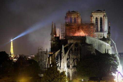 Los bomberos tratan de sofocar las llamas en la catedral de Notre Dame.