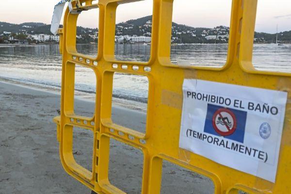 Una imagen demasiado habitual de la playa ibicenca de Talamanca, cerrada temporalmente al baño.