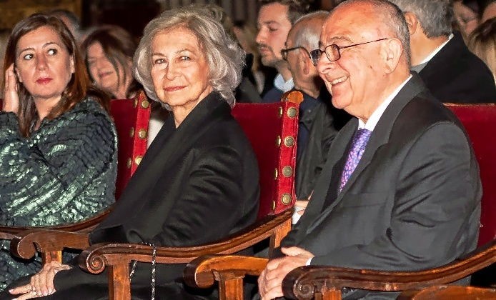 La reina Sofía en la Catedral  entre la presidenta Armengol y el director del Proyecto Hombre, Bartomeu Català.