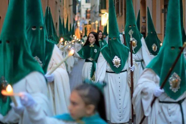 Una de las procesiones del Lunes Santo que recorrieron las calles del centro histórico.