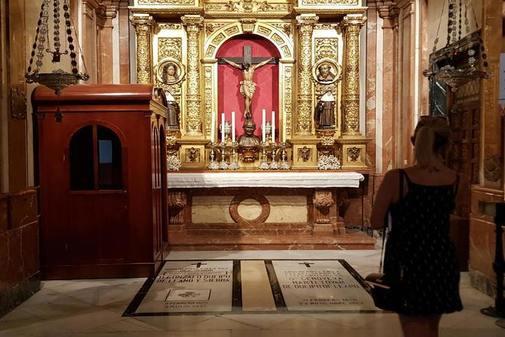 Una visitante en la capilla de la Macarena en la que se encuentra la tumba del general Queipo de Llano.