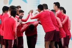 Los jugadores del Barça bromean en su último entrenamiento.