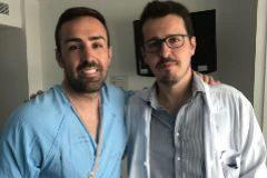 José Enrique, con el doctor Simal, en el Hospital La Paz de Valencia.