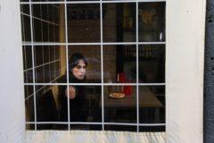 Un tercio y una tortilla acompañan a Ariana Martínez en la terraza del bar que tiene su madre en el barrio de Carolinas.