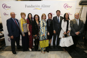 El alcalde Luis Barcala posa con los organizadores de la gala Solidaria Alinur con bolsos Cuplé.