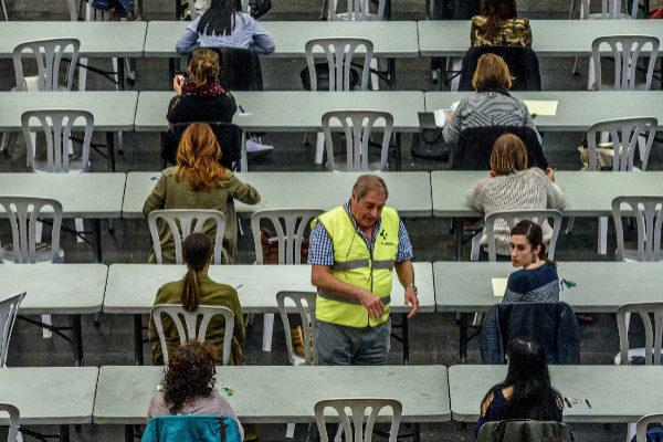 Opositores durante una de las pruebas de la OPE.