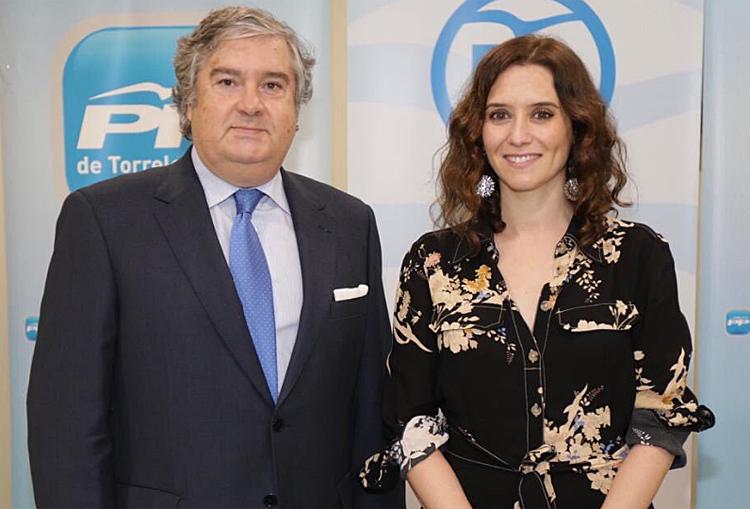 Arturo Martínez Amorós, ex candidato del PP en Torrelodones, con Isabel D. Ayuso.