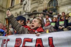 Una mujer protesta en una concentración de pensionistas en Bilbao.