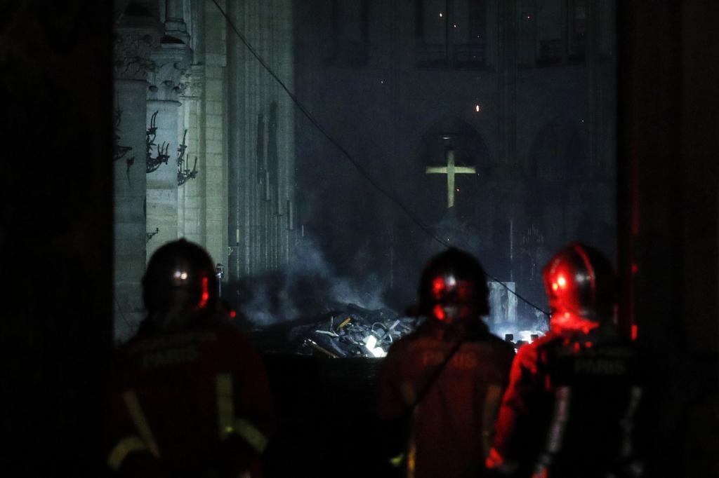 PHW151. PARÍS (FRANCIA), 15/04/2019.- Bomberos franceses entran a <HIT>Notre</HIT> <HIT>Dame</HIT> mientras un incendio consume el techo de la catedral este lunes, en París (Francia). La catedral de <HIT>Notre</HIT> <HIT>Dame</HIT> de París, uno de los monumentos más emblemáticos de la capital francesa, está sufriendo un incendio, según pudo constatar una periodista de Efe en el lugar. <HIT>YOAN</HIT> <HIT>VALAT</HIT>