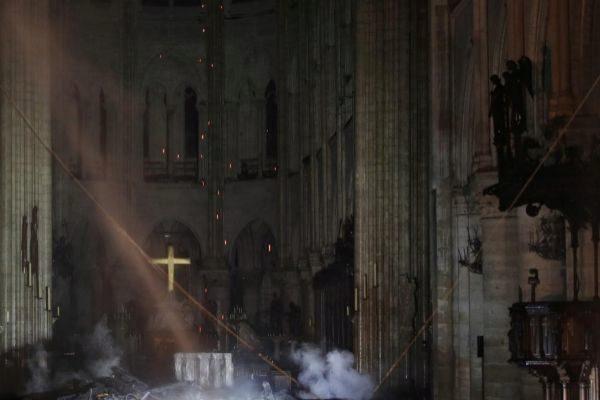 El interior de la catedral de Notre Dame durante el incendio.