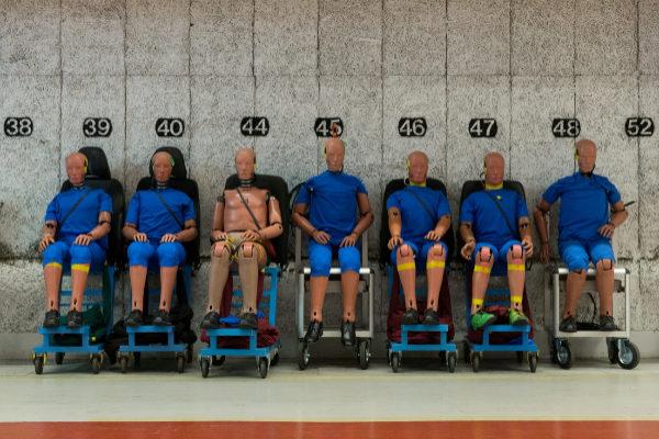 Todos os 'dummies' de la foto corresponden a hombres de diferentes pesos y tallas, con una estructura y resistencia interna distintas a las mujeres.