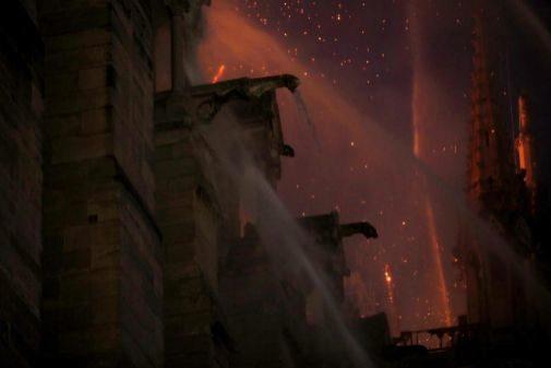 Chorros de agua hacia la cubierta de Notre Dame.