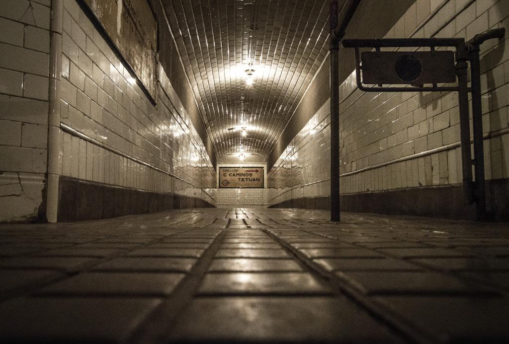 Entrar en el vestíbulo de esta estación es como cambiar de época completamente  y transportarte al Madrid de los años 50. La antigua estación de Chamberí pertenece a la primera Línea de Metro inaugurada en Madrid en 1919. A principios de los 60, la Compañía Metropolitana decidió aumentar la longitud de sus trenes y ante la imposibilidad de alargar la estación, la clausuró en 1966. Esta estación se encuentra en la Plaza de Chamberí. El horario de visita durante esta Semana Santa es el siguiente: lunes, martes y miércoles de 11:00 a 15:00 horas. El jueves  de 10:00 a 13:00 horas, viernes de 11:00 a 19:00 horas y sábado y domingo de 11:00 a 15:00 horas.