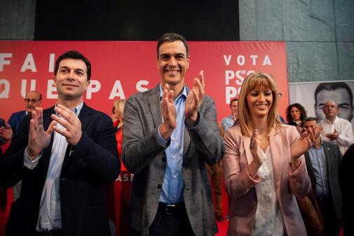Pedro Sánchez, entre Gonzalo Caballero y Marina Ortega, en Ourense.