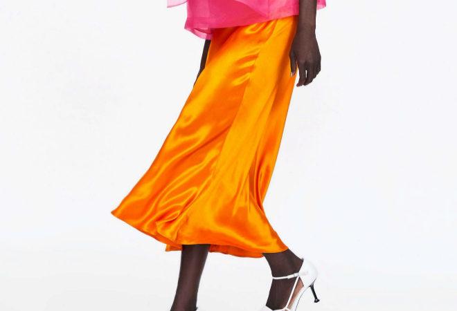 Zara tiene una falda satinada que va a ser tu nueva obsesión porque combina con todo