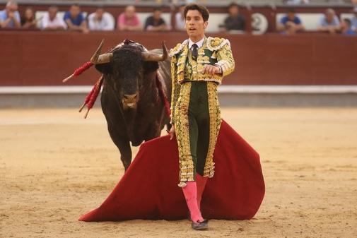Tomás Campos saliendo de la cara de un toro de Montalvo el pasado mes de junio en Las Ventas