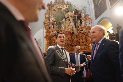 El presidente de la Junta, Juanma Moreno, durante su 'Grand Tour' por las cofradías andaluzas.