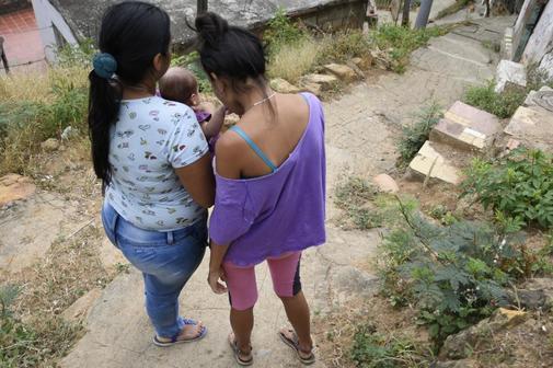 La refugiada venezolana MAC (a la derecha junto a su bebé y su...