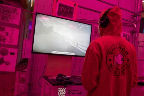 Un participante juega a un videojuego durante el festival de videojuegos y artes A MAZE/Berlin