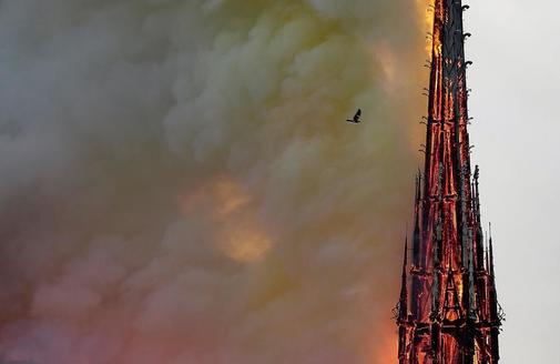 Las llamas arrasan la aguja de Notre-Dame.