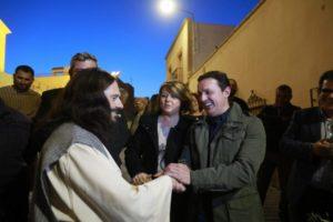 Uno de los actores saluda al presidente de la Diputación de Almería, Javier A. García.
