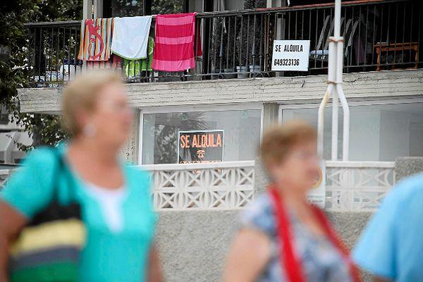 Una vivienda con el cartel de 'Se alquila' en la ciudad de Benidorm.