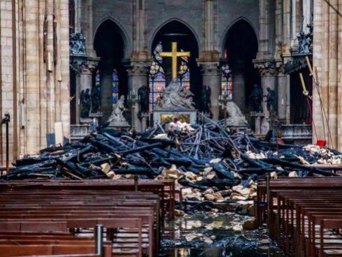 Los escombros del incendio en la Catedral de Notre Dame.