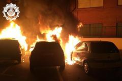Los vehículos calcinados estaban estacionados en la calle Cronista Revest.