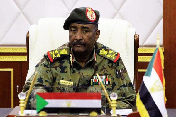 El jefe del Consejo Militar de Sudán, Abdel Fatah al Buhran, comunica la destitución de Omer Ahmed Mohamed.