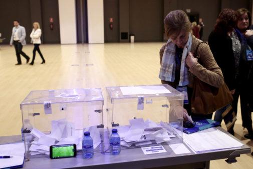 Una mujer revisa las listas para votar en las elecciones de 2017.