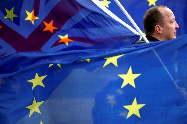 Un manifestante anti Brexit porta banderas europeas en una marcha en Londres.