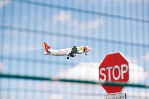 Un avión sale del aeropuerto de Lisboa.