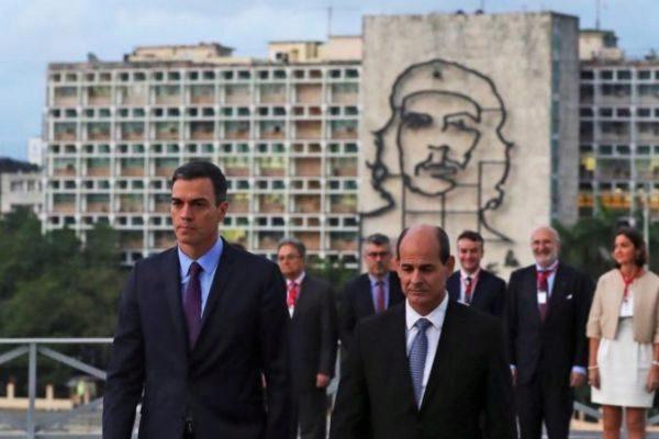 El presidente español, Pedro Sánchez, junto al viceministro de Exteriores cubano durante su última visita a La Habana.