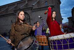 Miembros de la cofradía Jesús Nazareno ensayan el toque de tambor para la Semana Santa, este martes, frente a la parroquia de Calanda (Teruel).