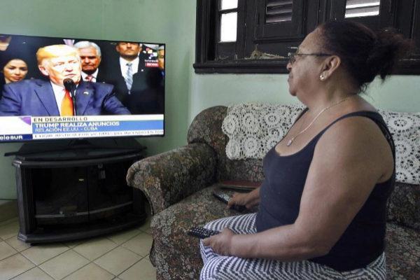 Una mujer sigue el discurso del presidente de Estados Unidos, Donald Trump, en La Habana.