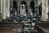 El altar rodeado de escombros carbonizados dentro de la Catedral de Notre Dame.