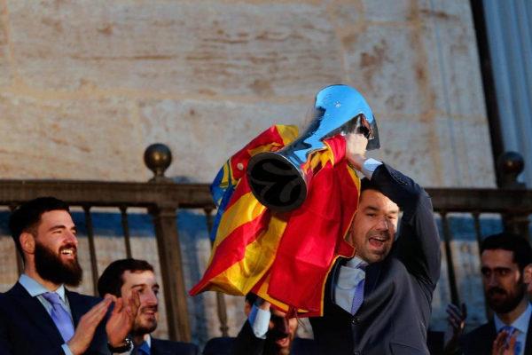 El capitán del Valencia Basket, Rafa Martinez, levanta la Eurocup desde el balcón del Palau de la Generalitat.