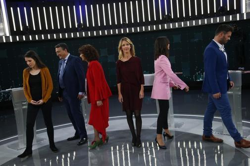 Los seis candidatos del debate se dirigen a sus puestos